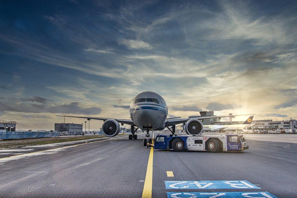 Ventanilla Única para atraer y consolidar la inversión extranjera en Andalucía. Avión en aeropuerto