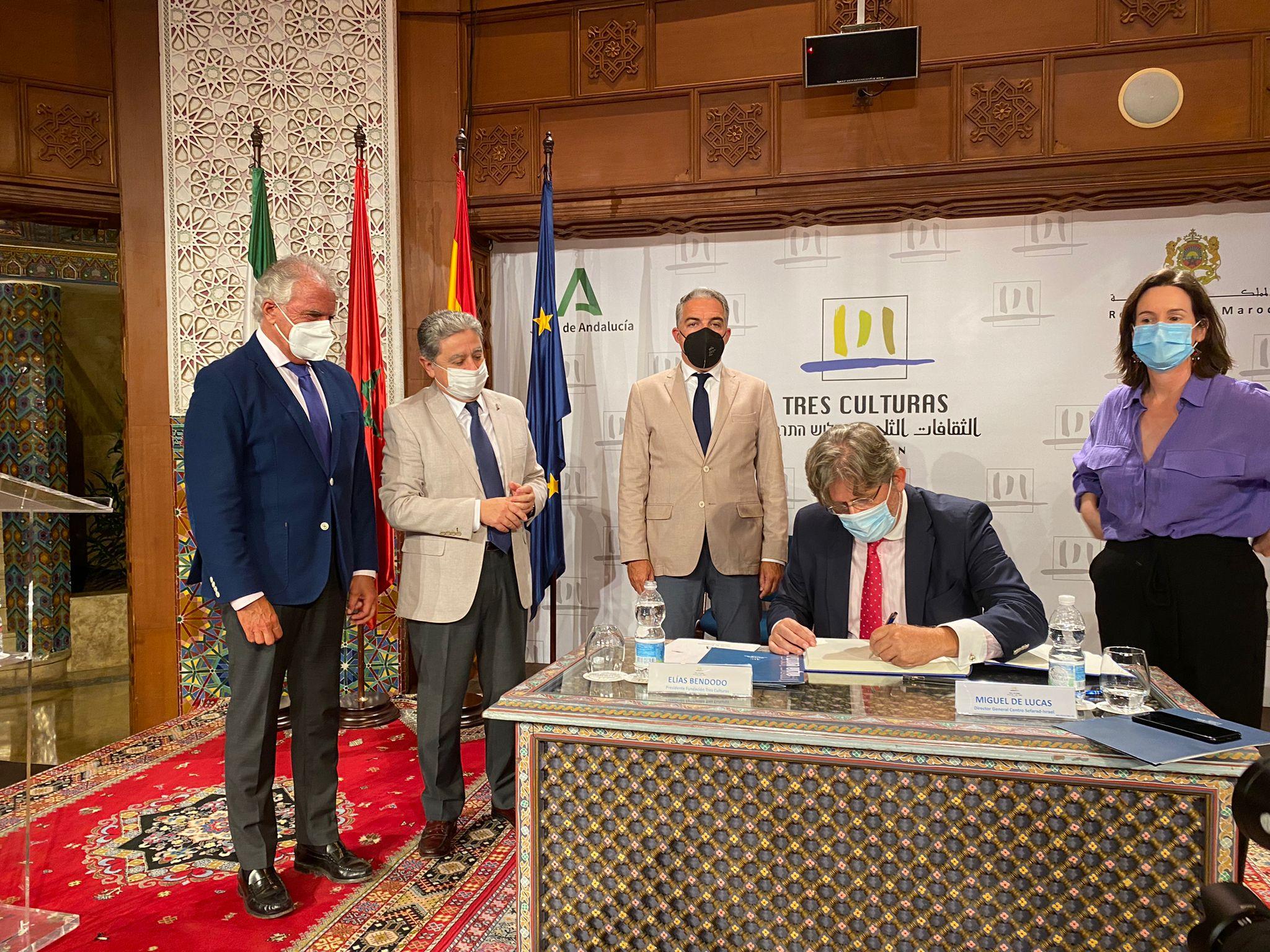 Firma convenio Fundacion Tres Culturas con Centro Sefarad (2). Elías Bendodo y Enric Millo