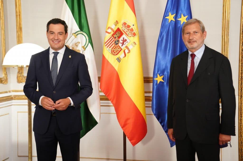 Juanma Moreno se reúne con el Comisario Europeo de Presupuesto y Administración, Johannes Hahn. El presidente y el Comisario Europeo